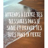 Carte citation Bonheur: Apprends à écrire tes blessures dans le sable et graver tes joies dans la pierre.