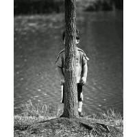 """Carte Enfants Noir et Blanc Enfant """"se cachant"""" derrière un arbre"""