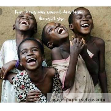 """Carte citation Bonheur: """"Deux choses nous sauvent dans la vie : Aimer et rire."""""""