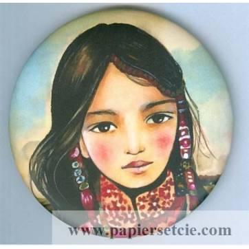 Magnet rond Gwenaëlle Trolez décor de Claudia Tremblay Jeune Fille H Mong